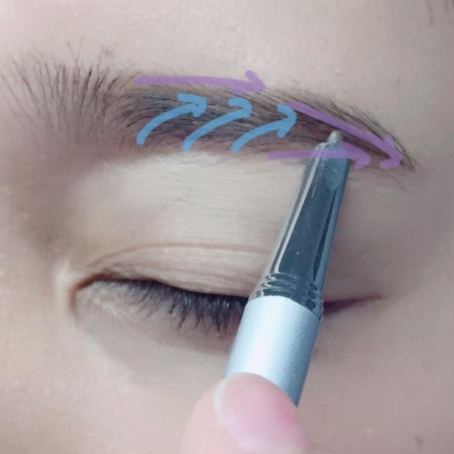 片手で引っ張りながらペンシルで目尻や外側を書き(紫)毛並み(水色)を書きます。