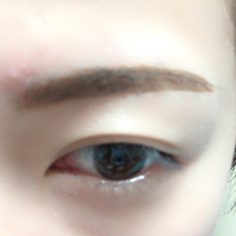 眉頭をパウダー、眉尻をリキッドで眉毛を書いていきます。