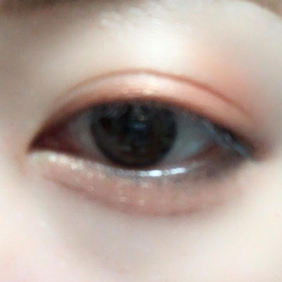 二重幅と涙袋にオレンジを指で塗り、目の下目尻側にブラウンを塗り、涙袋の影になるところにブラウンで影を書きます。