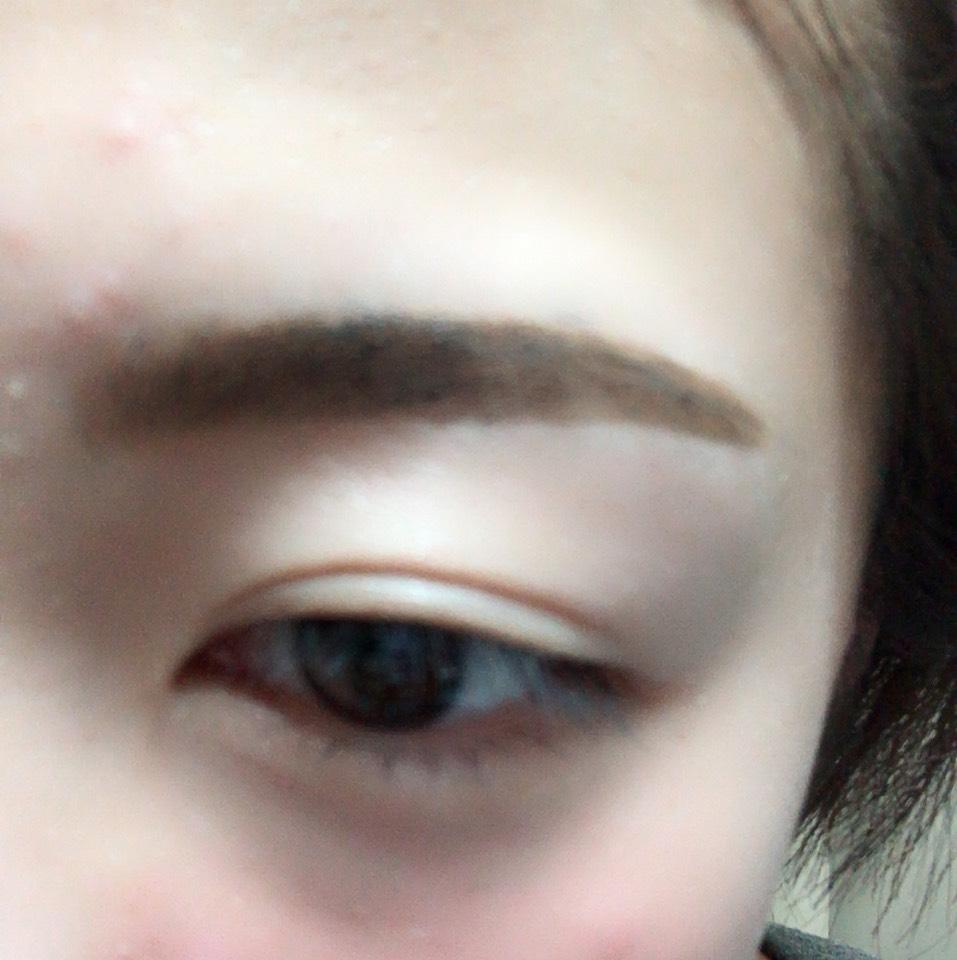 眉頭をパウダー、眉尻をリキッドで眉毛を書いていきます。 平行を意識しました。