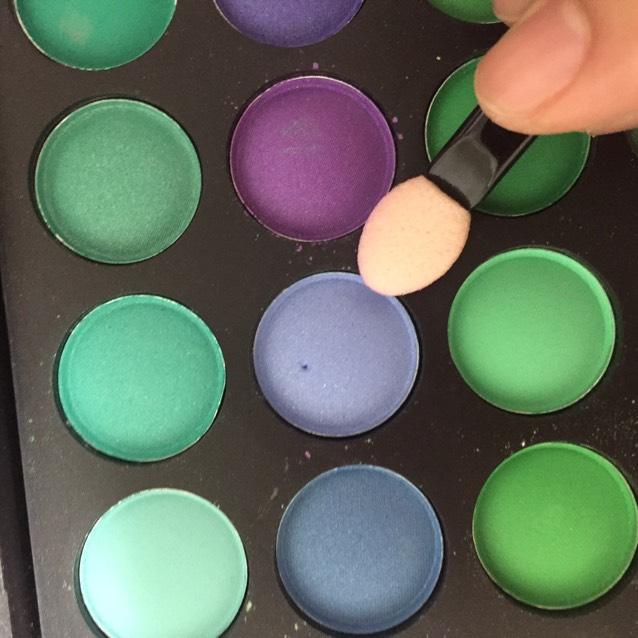 シャドウを付けていきます! まずはこの色! まぶた全体にまんべんなく!
