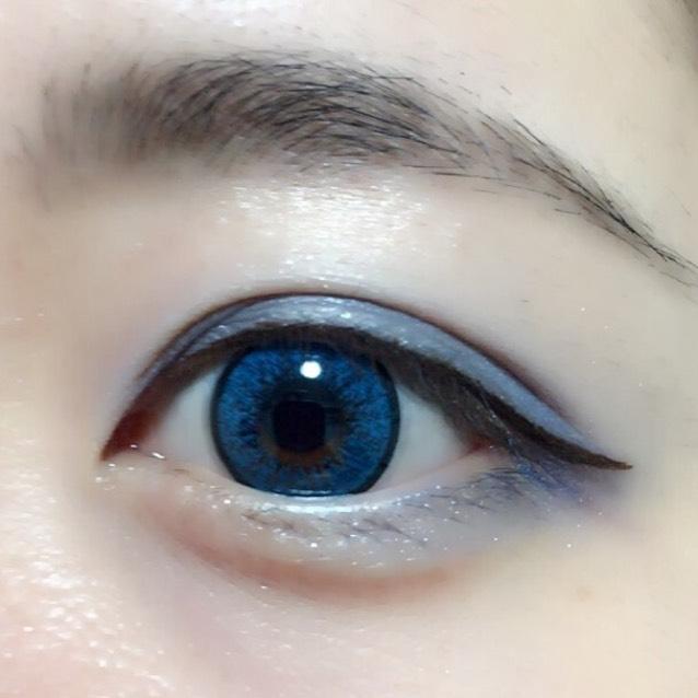 最後は眉です! 今回は青なので黒めのアイブロウを使いました! はい、完成✨