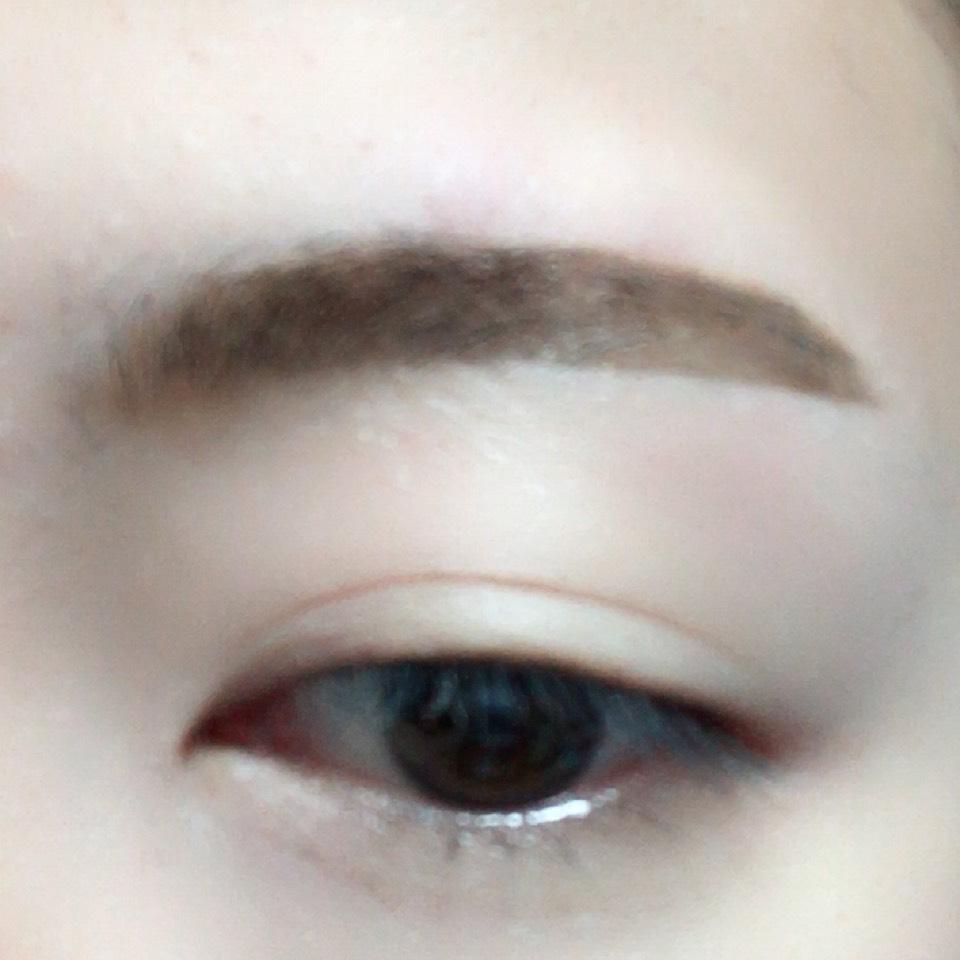 眉頭をパウダー、眉尻をリキッドで太眉気味に眉毛を書きます。