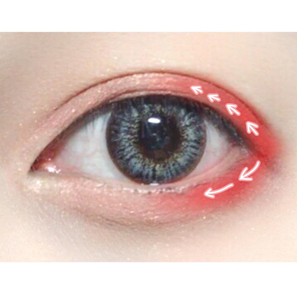 次にADDICTION#93アリスを目尻からうすーくグラデになるよう塗ります。(上薄め、下の方が少し濃いように)