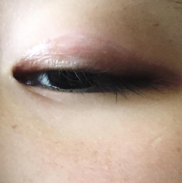 癖をつけたら線の内側全体に液体を塗っていきます! まつ毛の生え際の少し上から線まできっちりぬります!