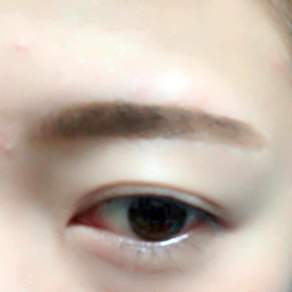 眉頭をパウダー、眉尻をリキッドで眉毛を太眉気味に書いていきます。