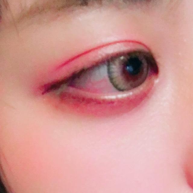 アイホール全体にピンク  涙袋に赤シャドウです