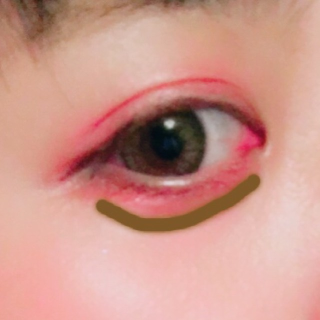 涙袋はパウダーアイブロウの一番濃い色で書きます