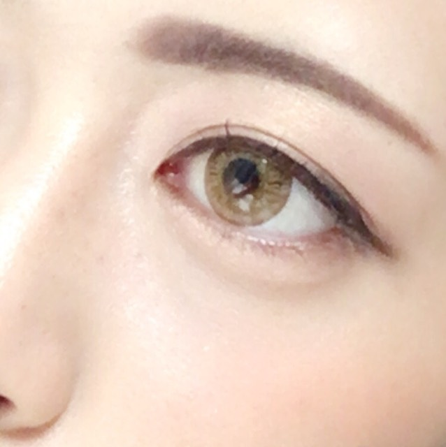 ⑥ラインを目の形に沿って引いて まつげにはマスカラを塗って 眉毛を描いたらおしまい