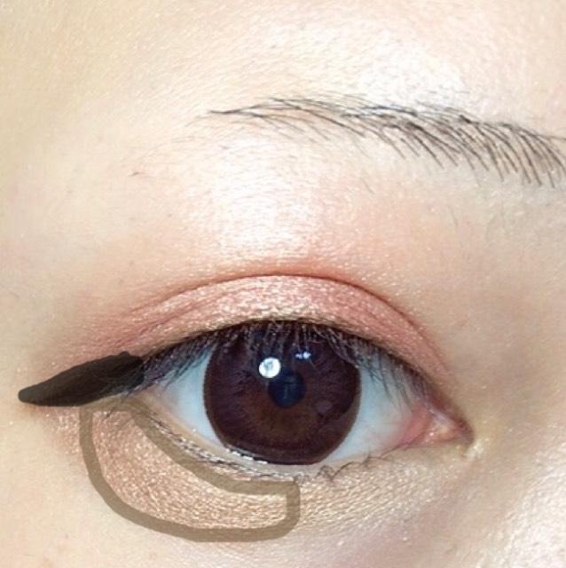 茶色い線に少し暗めのアイシャドウをのせます。 黒い線にはブラウンアイライナーで少したれ目を意識して書きます。