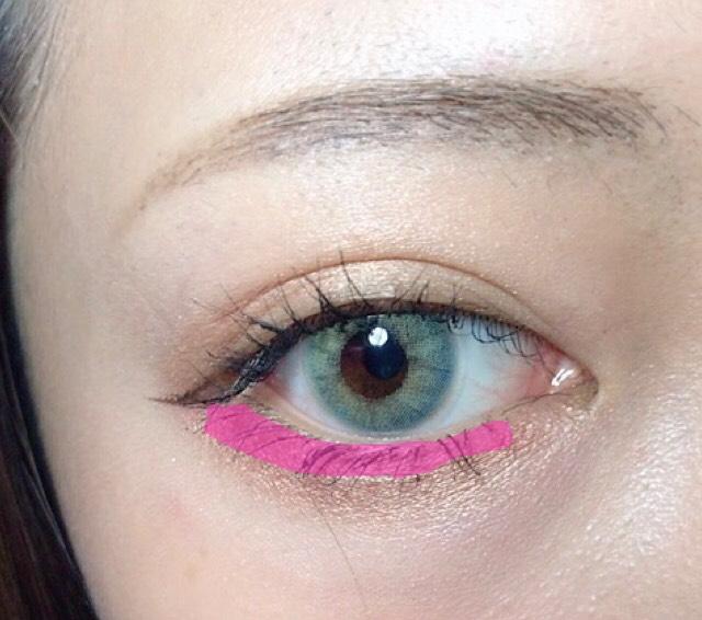 ピンクか赤いアイシャドウを細く目に沿って引きます。 その後ぼかします。