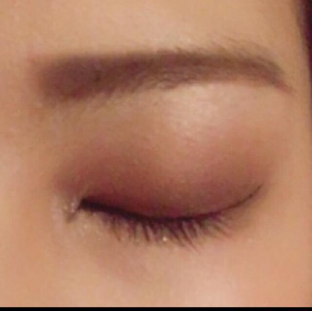 ①眉の形はザッとアウトラインを眉頭オーバーめに真っ直ぐに外枠をペンシルで囲んだ後、濃いブラウンのパウダーで間を埋めていきます!  ②目元はなるべく眉に近づけたい為、濃いブラウンの締め色を二重幅よりオーバーめにのせ、影を作り、エッジをぼかす。  ③アイラインはブラックを使用し、目全体を一周囲むことでより目を際立たせ、跳ね上げラインはいつもより気持ちオーバーめに描く!