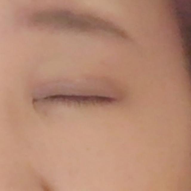 瞼全体に薄めに塗り広げます