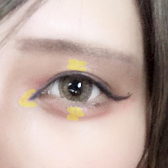黄色いところのハイライトいれます  今回、肌の色をそんなに明るくしてないので明るいベージュを使いました