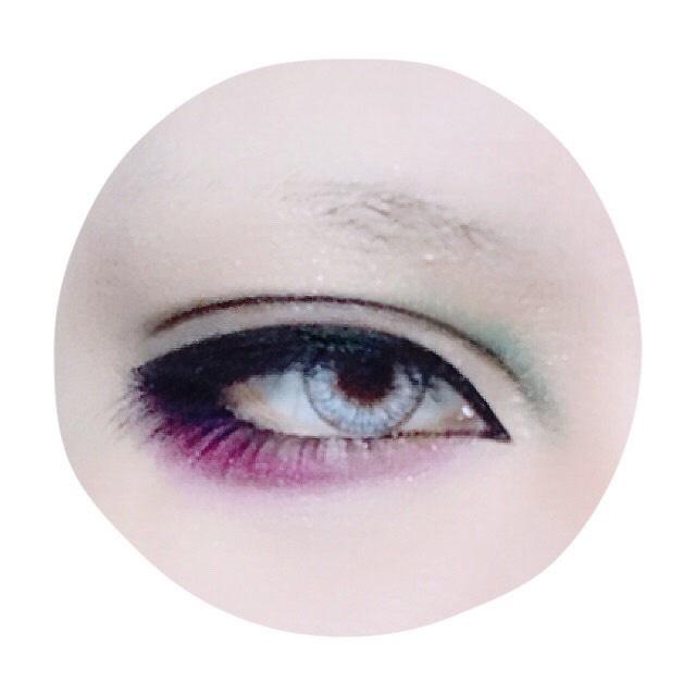 ダブルラインの目頭に緑、下瞼全体に紫をのせます。 下瞼の紫は目尻側を濃く、目頭に向かってグラデーションを意識します。 リキッドアイブロウで涙袋の影を描き、すぐに綿棒でこすって馴染ませます。