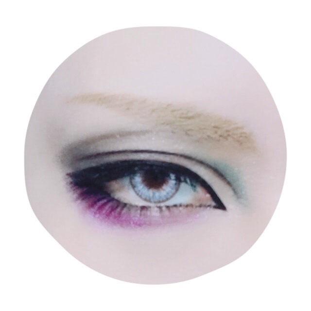 黄味のある明るいブラウンで眉を描き、過去の投稿で何度も紹介している眉コンシーラーで自眉の黒を消します。眉下の中央から目尻に向かってアイシャドーで線を描きボカして彫りを作ります