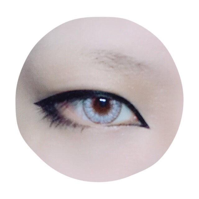 二重幅全体をアイライナーで塗りつぶし、切開ラインを描きます。塗りつぶすので二重幅を少しでも欲張りすぎると切開ラインに繋げられない上、アイラインが太すぎてパンダになります。目尻側も程よく延長させ下睫毛を描くように下まで囲みます