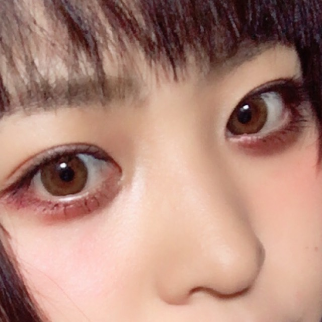 眉毛は少し濃いめに、眉山をつくらないように描きます  アイシャドウは上まぶたに薄いピンク 下まぶたにボルドーを塗っています  アイラインはまつ毛の間を埋めるように引き、マスカラは上下にたっぷり塗ります
