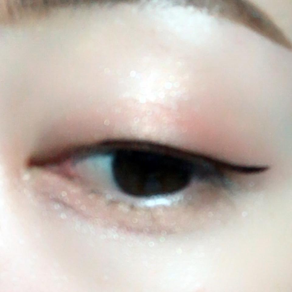 黒目の上くらいから目尻にかけてラインを引きます。