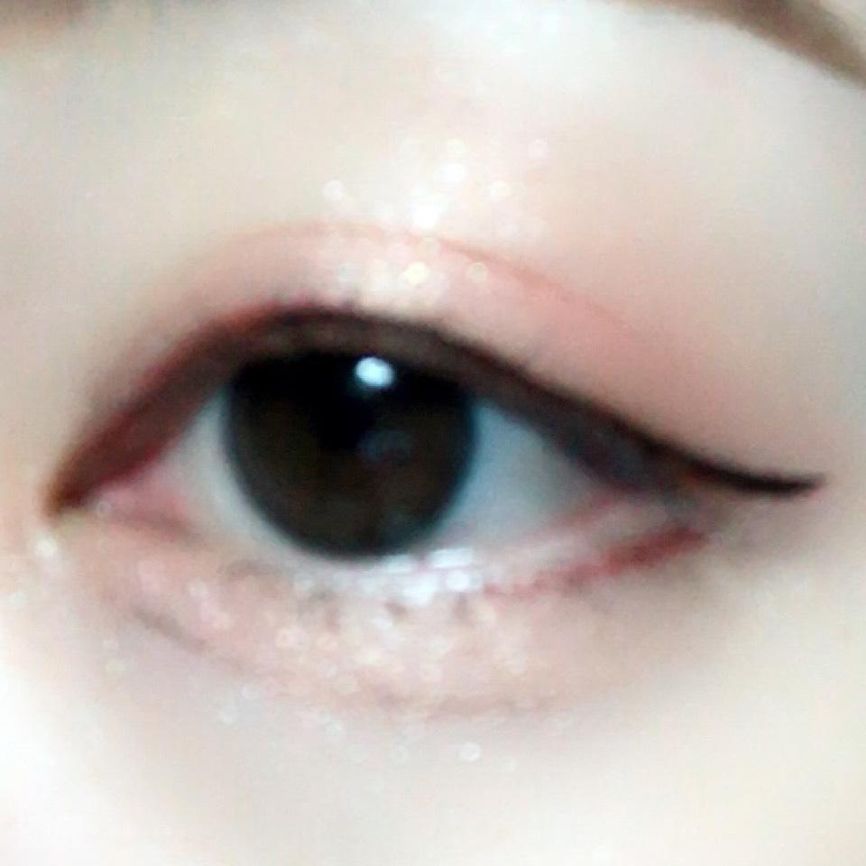 バーガンディのジェルライナーで目の上目頭側と目の下目尻側にラインを引きます。