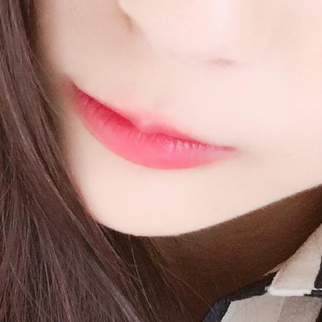 唇にDHCの薬用リップを塗った後 ピンク系リップを全体に塗ります。