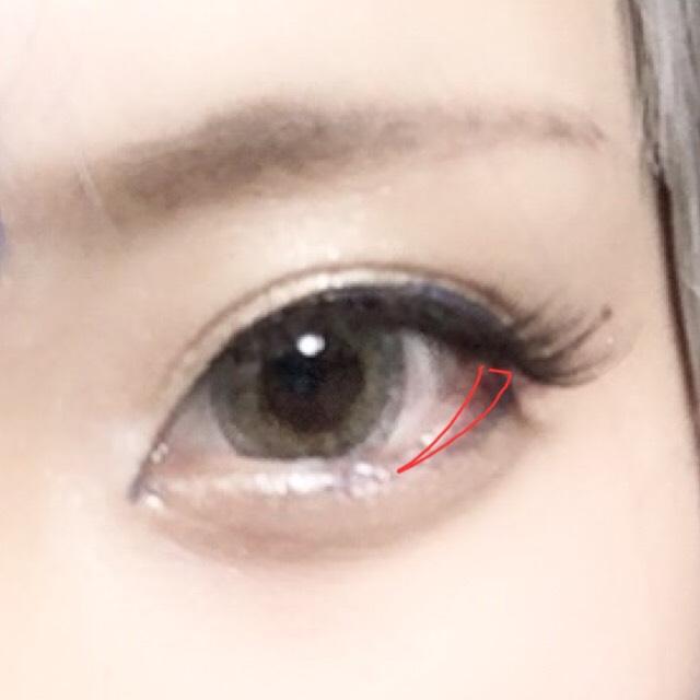 目尻の粘膜に少しだけ赤いれます