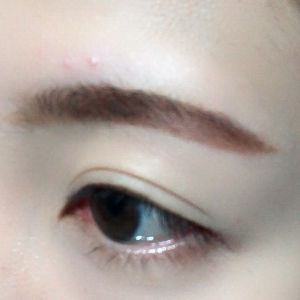 眉頭をブラシで、眉尻をペンシルタイプのアイブロウで眉毛を太眉に書きます。
