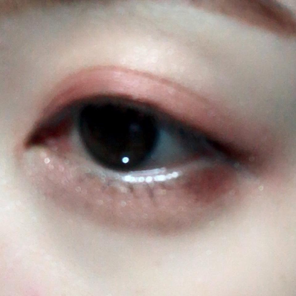 ハイライトカラーをアイホール全体に塗った後、二重幅と目の下目尻側にくすみレッドを塗り、その上からクリーム色を塗ります。