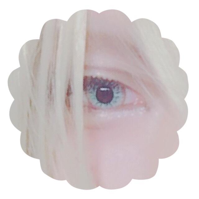 瞼の黒目上あたりと、涙袋にあたる部分はダイソーさんのハナ高パウダー(パールホワイト)をハイライトとして使います。 少しだけでもキラキラして見えます。