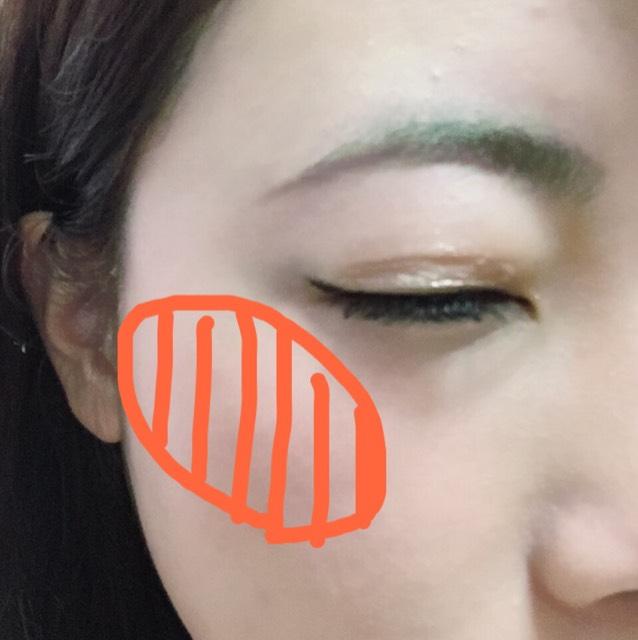 チークはコーラル系か少しオレンジかかったパウダーで斜めに入れます。