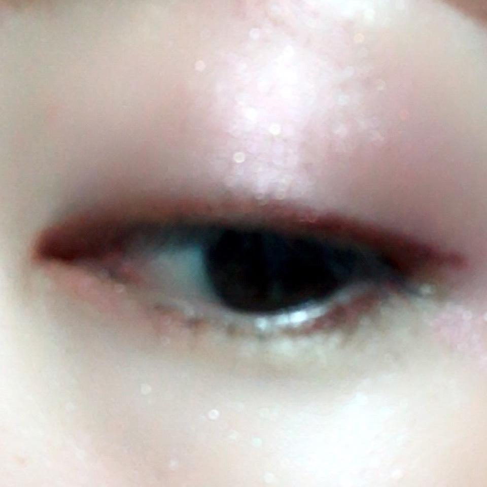 アイホール全体にキャンメイクウインクグロウアイズを塗り、目の際にセザンヌのジェルライナー(バーガンディ)でラインを引きます。