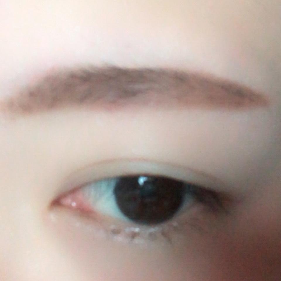 パウダーで眉毛を太眉に書きます。