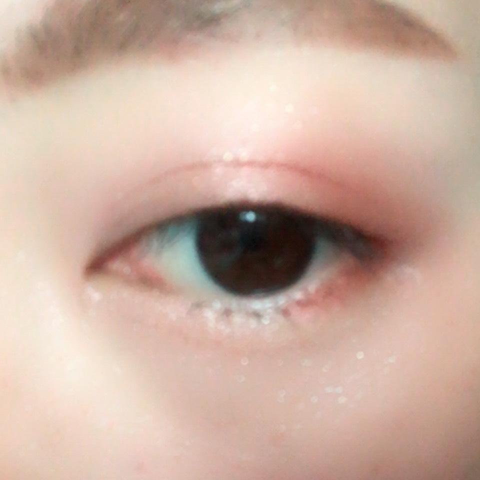 くすみレッドを二重幅と目の下目尻側に塗り、ハイライトカラーをその上から塗ります。
