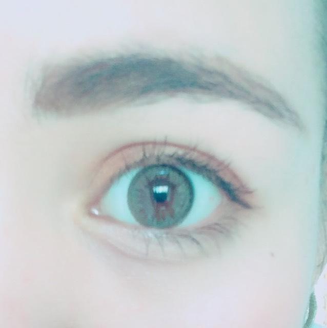 眉毛は濃いめのブラウンでしっかり書きます。 しっかり太めに描いた方がハーフ感が出ます。
