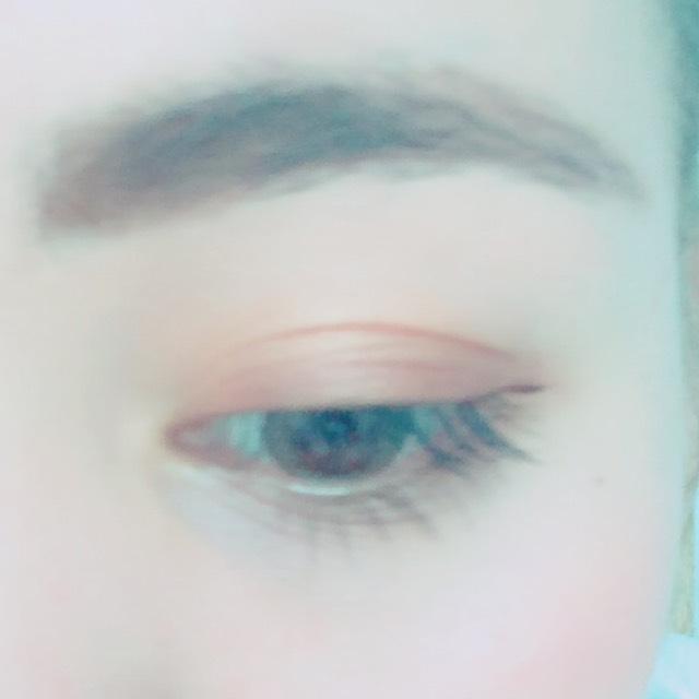 アイシャドウは、ベースにブラウンとゴールドを合わせて使います。 そして目の際に濃いめのブラウンをのせます。