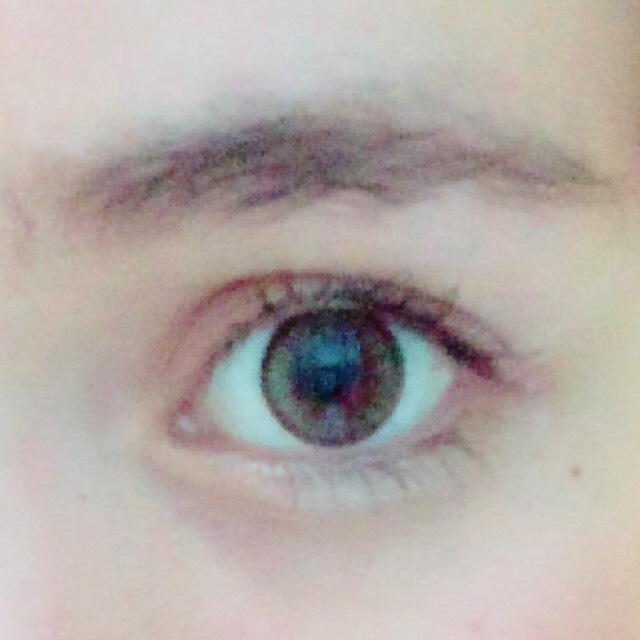 眉毛はパウダーで薄くのせて出てま馴染ませます。  涙袋はピンクカラーを薄くのせて馴染ませます。目尻のみです。  クリアコートのマスカラを一度塗りします。