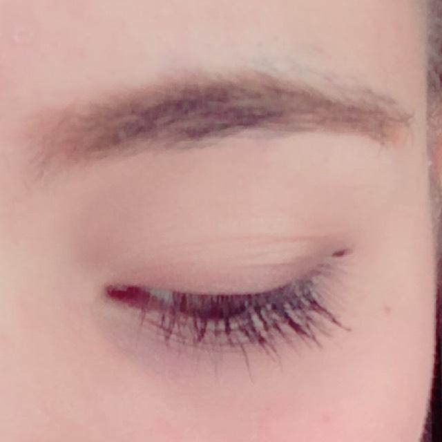 眉はアイブロウライナーで好きな形に描きます。  アイシャドウはピンクをアイホール全体に広げて、二重幅の部分にゴールド、目の際にブラウン、目尻に濃いめのブラウンをのせて馴染ませてグラデーションを作ります。