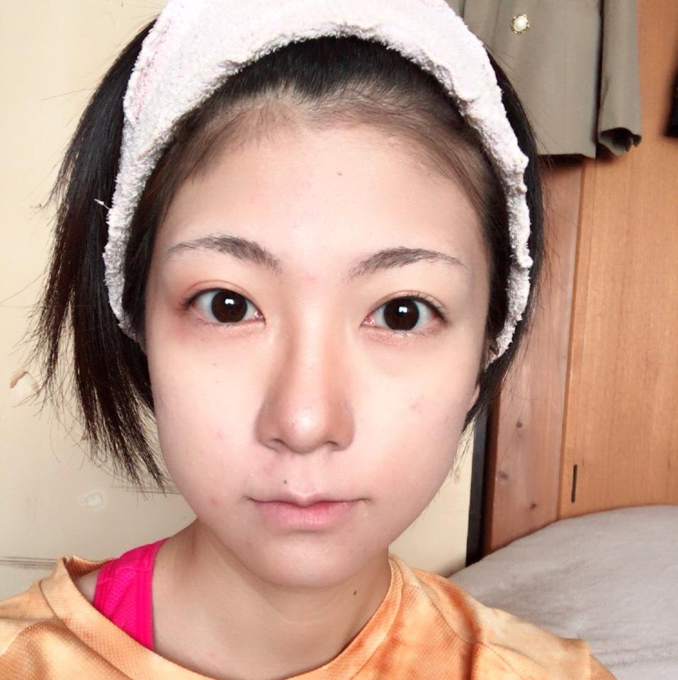 化粧水で保湿したあと、 下地→BBクリーム→おでこ・鼻筋・ほうれい線・顎にハイライト/おでこからこめかみへの髪の生え際・顎の輪郭の部分・小鼻にシェーディング→フィニッシュパウダーの順にベースメイクを作っていきます。