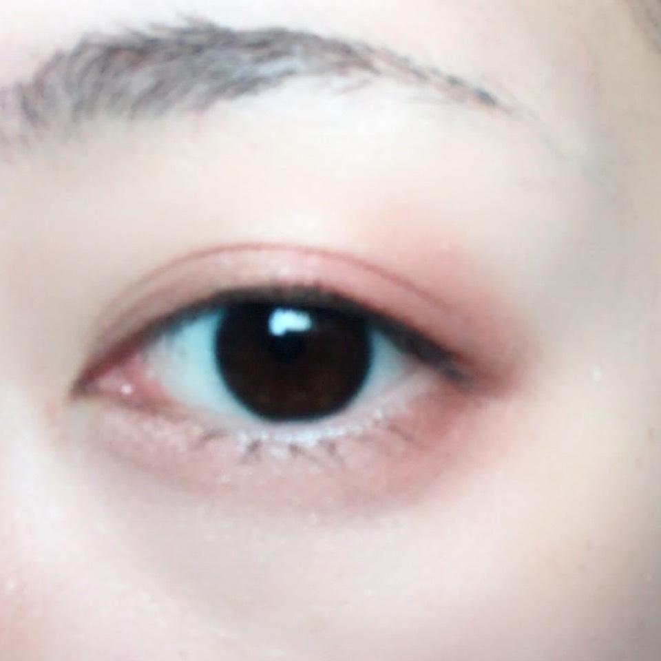 淡いブラウンを上まぶた目頭側に、ダークレッドを目尻側に塗ります。 涙袋にはハイライト、目尻側にはダークレッドを塗ります。