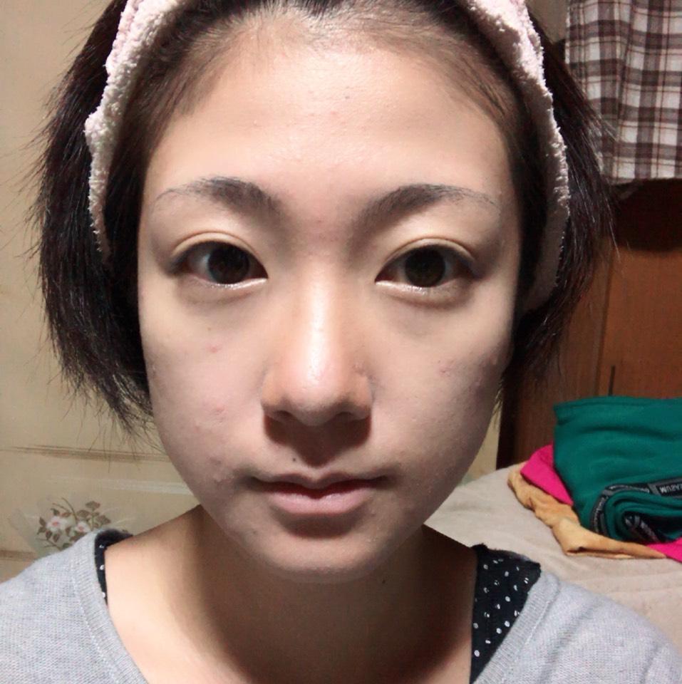 おでこ・鼻筋・顎・ほうれい線にハイライトを、 小鼻・顎の輪郭・こめかみへの髪の生え際にシェーディングをしてからフィニッシュパウダーを塗ります。