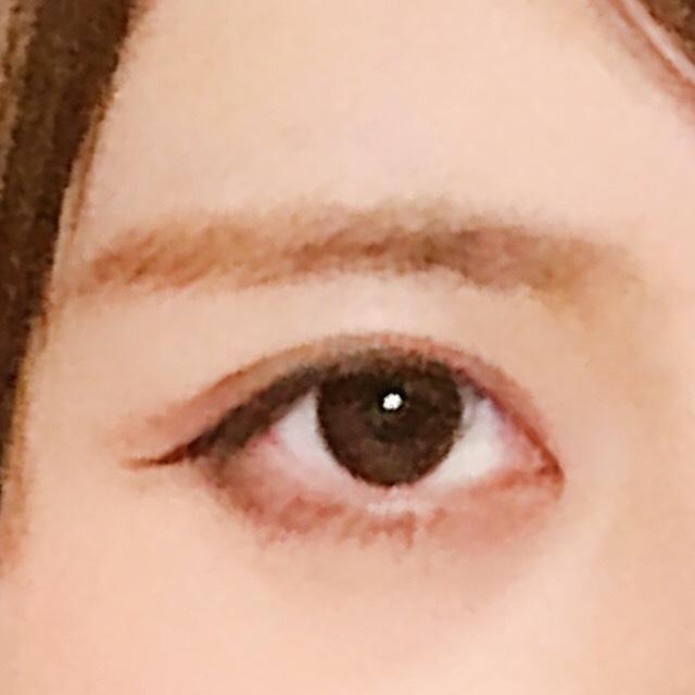 画質悪くて申し訳ないです。 眉毛は、アイブロウペンシルで細く、平行に書いた後...  アイブロウパウダーで全体をなじませます。 眉頭はあまり濃くならない様にします。