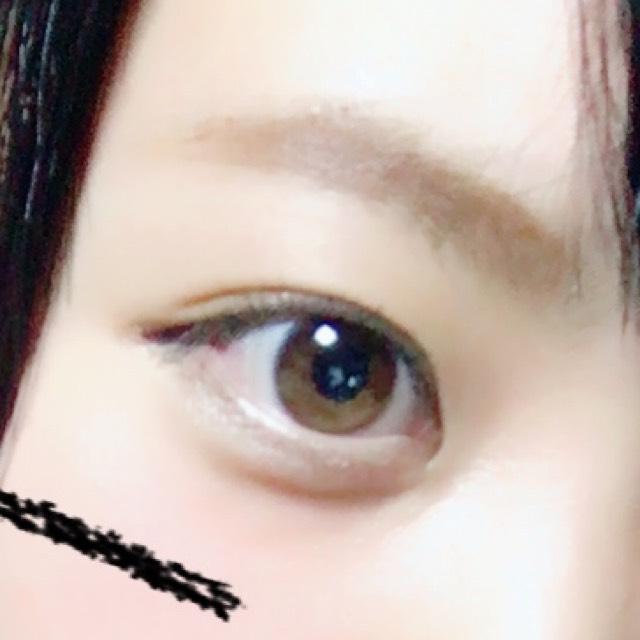 眉は太めの並行眉に、目はアイシャドーはせず、目尻にだけタレめにアイラインをひきます