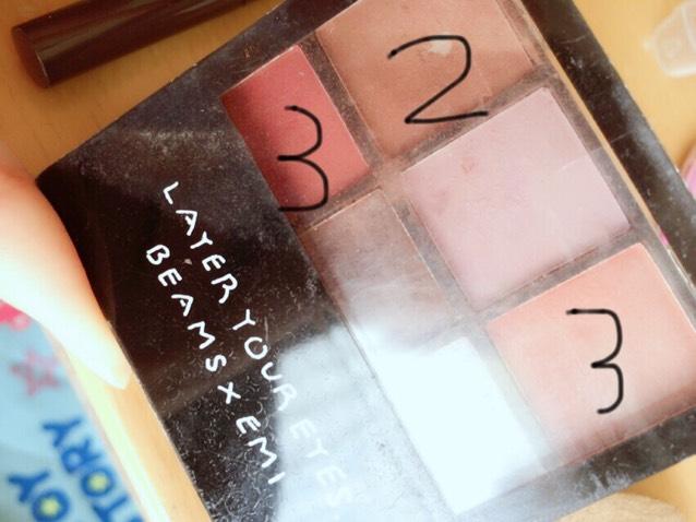 ファンデーションを塗った後アイメイクに移ります。 なんかの雑誌に付いてた付録 1番はベージュっぽい薄い色があればそれを使ってください(写真撮り忘れた)