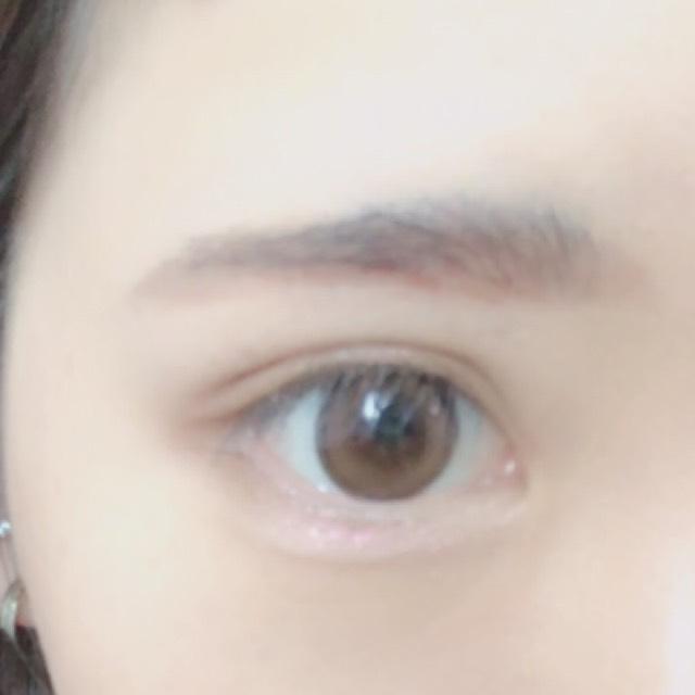 ピンクを上瞼、下瞼の中心にのせます。これはラメ感が強いのでぷっくり涙袋が作れます!涙袋をさらに強調させたい方は影を書いてください。