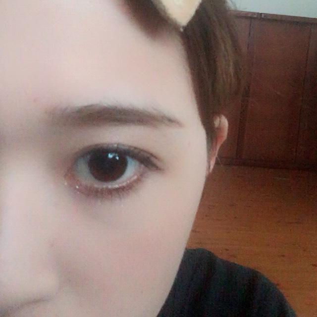 眉毛は平行気味に書き、眉尻になるにつれて、少し細くなっていくように書く。