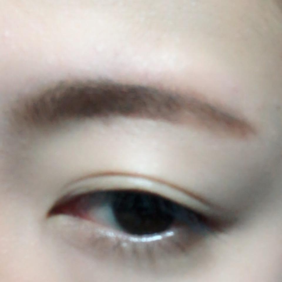 ペンシルタイプで眉毛を太眉気味に書きます。