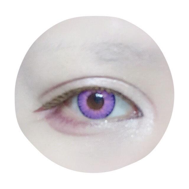 自まつ毛にしっかりビューラーをして、上に向きすぎないよう注意しながらつけまを付けます。(目尻を寝かせるように)Decorative eyelashのNo. 101ドリーミーウィンク使用。