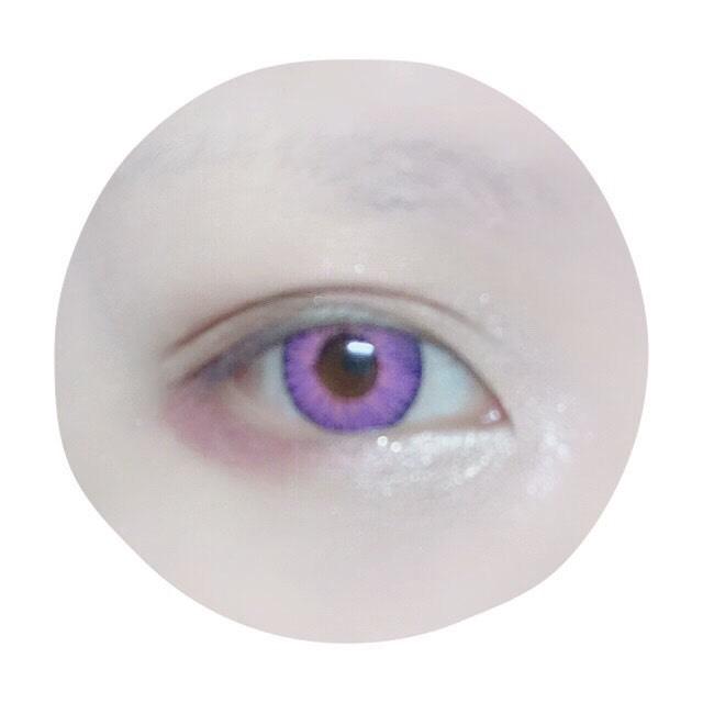 目頭側に『くの字』を意識してアイボリー系の明るい色を、目尻側にはバーガンディ系のアイシャドーを乗せる。(タレ目を意識して下目尻は広めに)