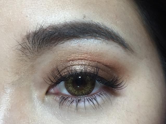 目尻と目頭にKYLIE COSMETICSのEYESHADOWの濃いマットなブラウンを使ってのせてクリースにのせた色と馴染ませます。