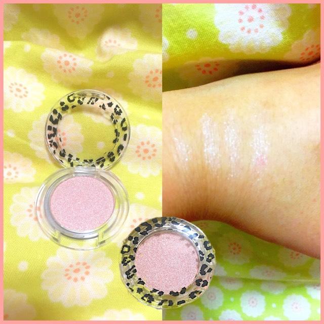次に、MPアニマルキラキラジェムアイズ06ピュアピンクです。 ピンクというよりは、白っぽい気がします。少し粉飛びしますが、涙袋やハイライトなど色々使えるのでオススメです。